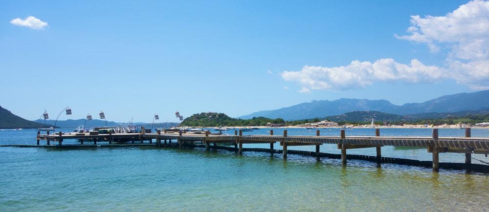 La plage et le ponton de Cala Rossa