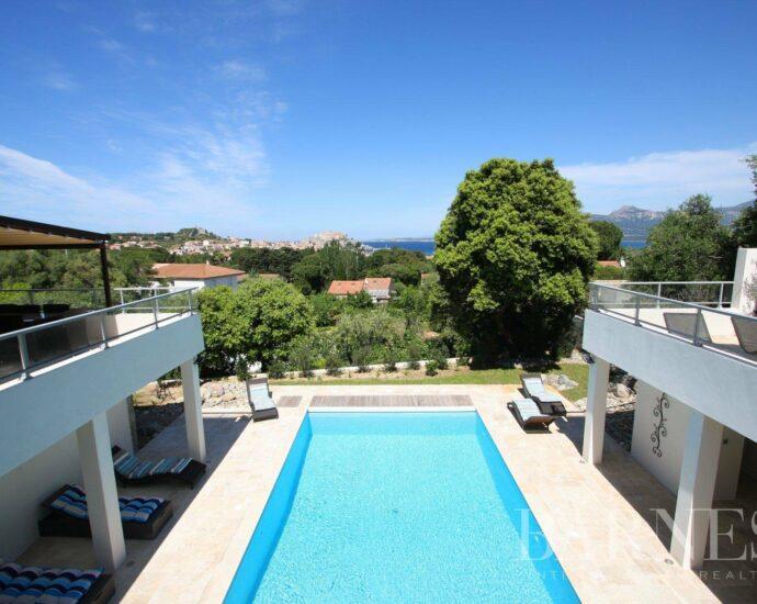 Sous compromis, Calvi, Villa d'exception avec piscine – vue mer panoramique et plage à pieds