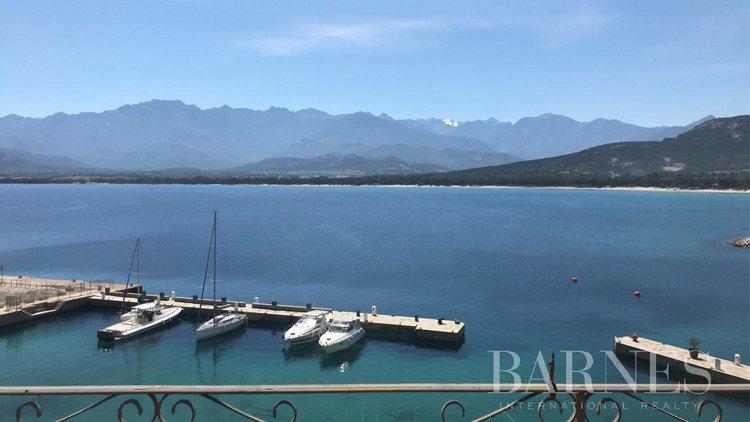 SOUS COMPROMIS – Appartement de 5 pièces en duplex sur le port de Calvi avec vue mer panoramique