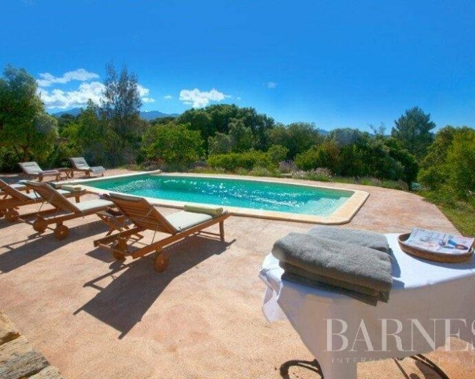 Charmante propriété de 10 chambres dans un parc arboré avec piscine, proche de la plage de Saleccia