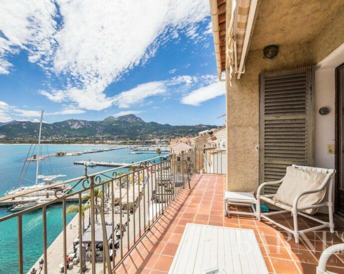Appartement de 5 pièces en duplex sur le port de Calvi avec vue mer panoramique